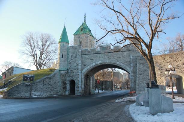 La puerta de la muralla que por donde entras a la zona vieja de Quebec